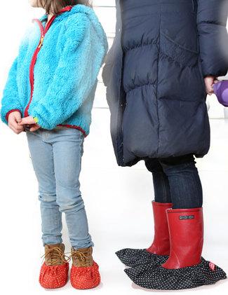 barn och vuxen med skoskydd