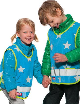 Turquoise Stars barn med vinterjackor.
